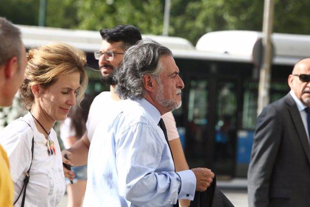 El portavoz del Grupo Socialista en el Ayuntamiento de Madrid, Pepu Hernández, entra a la entrega de los Premios Triángulo 2019 en el Palacio de Cibeles de Madrid.