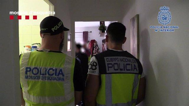 Detenidos 13 miembros de un grupo criminal que clonaba tarjetas de crédito en Barcelona
