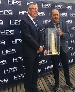 El presidente de la Autoridad Portuaria de Las Palmas, Juan José Cardona, entrega al presidente del HPS, Jorge Petit, el trofeo del XVI Torneo de Golf Puertos de Las Palmas