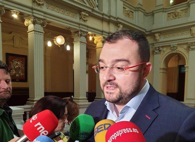 El candidato del PSOE a la Presidencia de Asturias, Adrián Barbón, atiende a los medios.