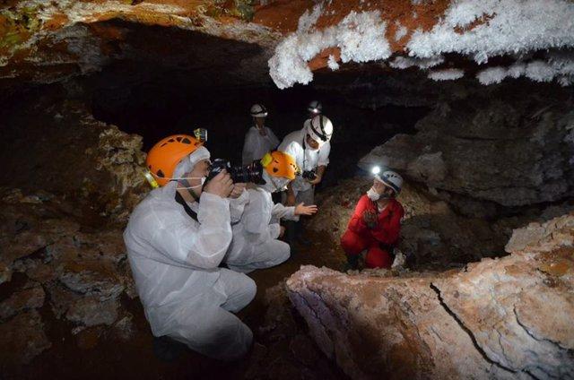Dos evaluadores del a Unesco en la mina de Casas del Castañar
