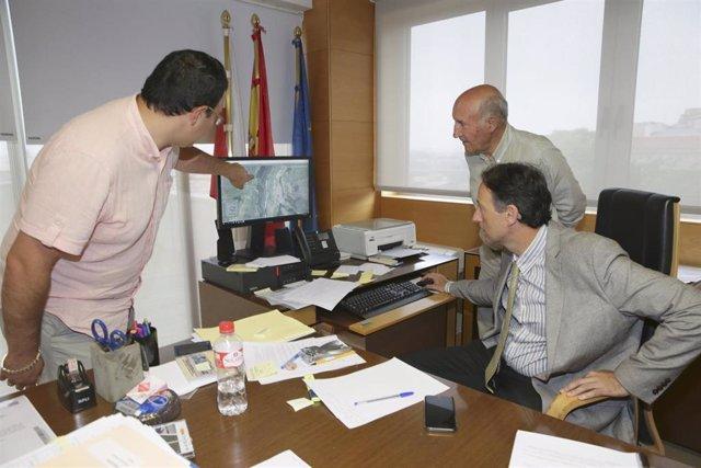 El consejero de Obras Públicas y Vivienda en funciones, José Luis Gochicoa, se reúne con el alcalde de Ruente, Jaime Díaz Villegas