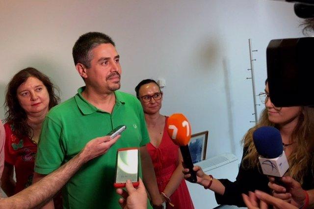 El viceportavoz de MC Cartagena, Jesús Giménez, atendiendo a los medios