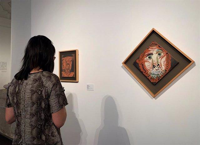 Una joven observa una de las cerámicas de la exposición 'Picasso. Tierra y fuego'.