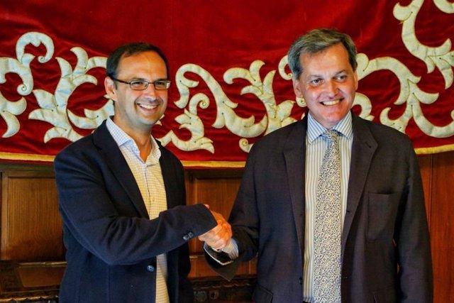 Los candidatos de Ciudadanos y PSOE tras el acuerdo alcanzado