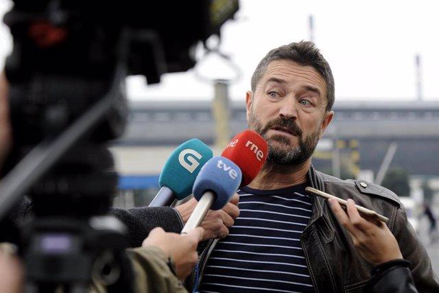 El presidente del comité de empresa de Alcoa, Juan Carlos López Corbacho, en declaraciones para medios de comunicación tras el anuncio del cierre de las plantas de la multinacional en Avilés y A Coruña.