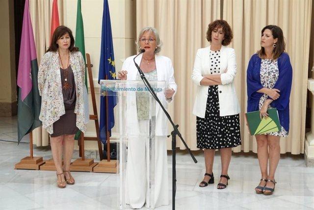 Las concejalas Gemma del Corral (i) y Teresa Porras (d)  junto a las representantes de la Fundación Unicaja, Ana Cabrera, y de la Fundación Eurodiscap, Raquel Martañán
