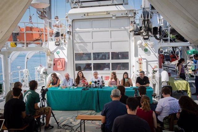 Representantes de Greenpeace durante la presentación del informe 'Cambia la energía, no el clima' en el barco Rainbow Warrior atracado en Barcelona.