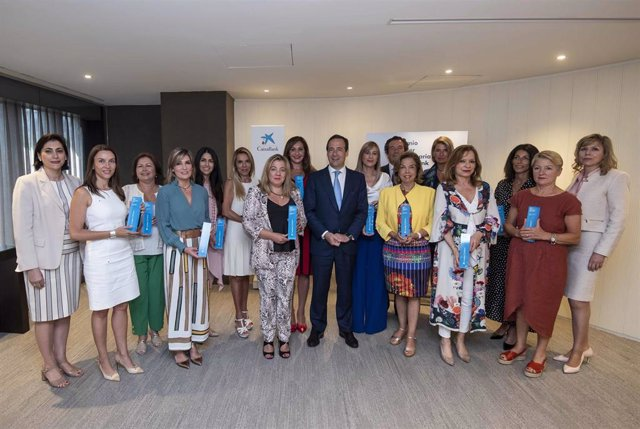 El consejero delegado de CaixaBank, Gonzalo Gortázar, con las ganadoras territoriales del Premio Mujer Empresaria CaixaBank 2019