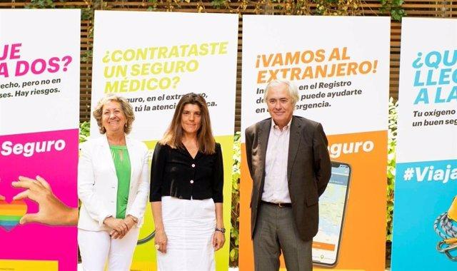 Presentación de la campaña Viaja Seguro, con la presidenta de Unespa, Pilar González de Frutos; la subsecretaria de Exteriores, Ángeles Moreno Bau, y el presidente de la Federación Madrileña de Montañismo (FMM), José Luis Rubayo.
