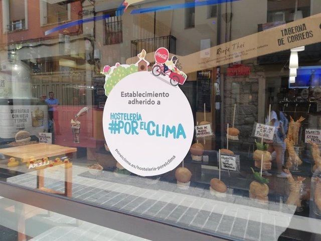 Imagen del distintivo del proyecto Hosteleros#PorElClima en un establecimiento hostelero de la calle Laurel de Logroño