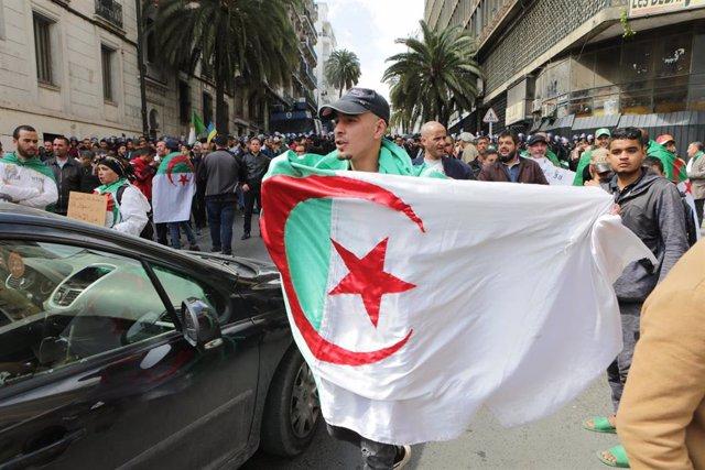 Manifestante con una bandera en Argelia