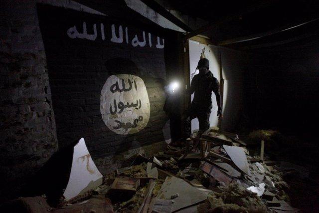 Bandera de Estado Islámico pintada en un muro