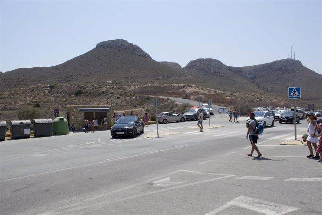 Acceso al aparcamiento de la playa de Los Muertos en Carboneras (Almería)