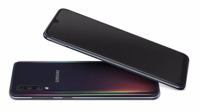 Logotipo de Samsung en el smartphone Galaxy A50