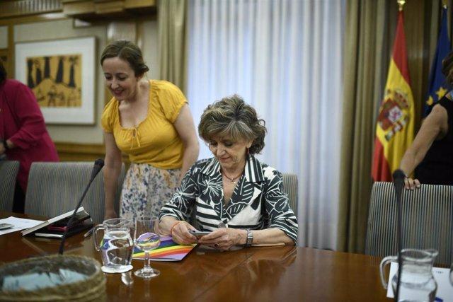 La ministra de Sanidad en funciones, María Luisa Carcedo, durante su reunión con los colectivos LGTBI y entidades de VIH y sida para coordinar la distribución de preservativos dentro de la campaña #SiemprePreservativo.