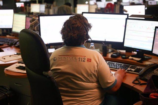 Un trabajadora del SUMMA 112 utiliza varias pantallas de ordenador en el interior de la sede de la ASEM 112 Emergencias de la Comunidad de Madrid situada en el Paseo del Río, 1 de Pozuelo de Alarcón (Madrid).