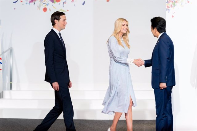 Ivanka Trump, la hija del presidente de Estados Unidos, Donald Trump, saluda al primer ministro de Japón, Shinzo Abe, en la cumbre del G-20 en Osaka