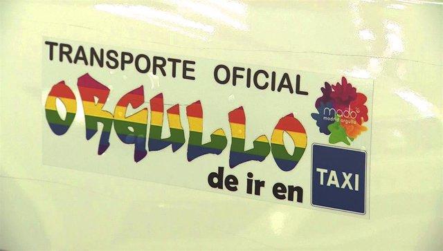 Un vehículo de Taxi Madrid, con una pegatina en la que se lee ' Trasporte oficial. Ogullo de ir en Taxi'.