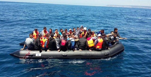 Patera con migrantes magrebíes en el Estrecho