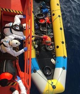 Personas rescatadas de una patera por Salvamento Marítimo