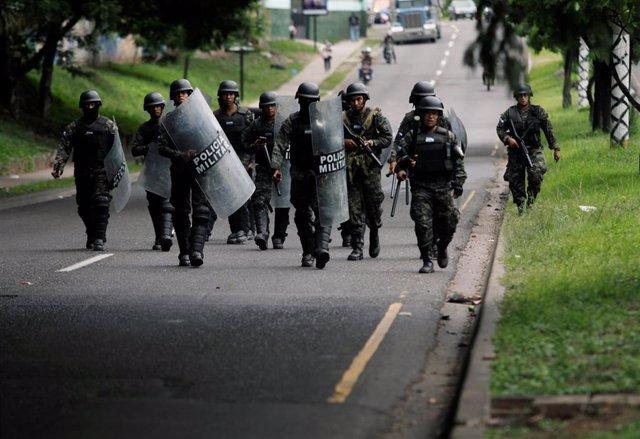 Miembros de la Policía Militar durante las protestas contra el presidente de Honduras