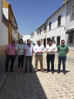 Visita en Marmolejo obras realizadas en la red de saneamiento de la calle Pérgolas