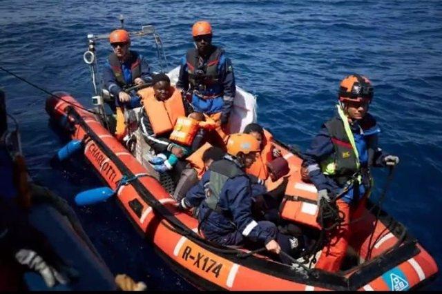 Moment del rescat de 64 persones en el vaixell 'Alan Kurdi'