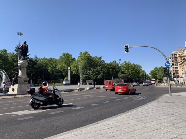Vehículos circulando por el Paseo de Zorrilla.