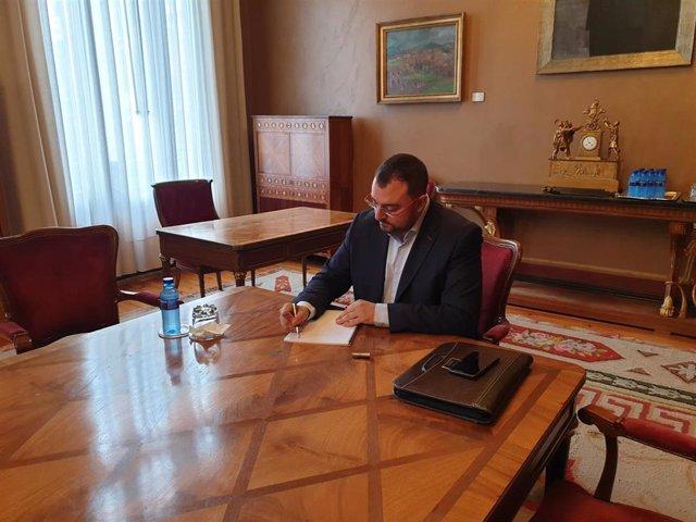El candidato del PSOE a la Presidencia del Principado, Adrián Barbón,  en la Junta General.