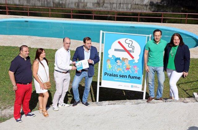 Nota E Fotografía: O Conselleiro De Sanidade Entrega Ao Alcalde De Cerdedo Cotobade O Diploma De Ouro Da Rede Galega De Praias Sen Fume, Na Que Galicia É Pioneira