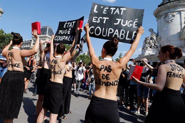 Un grupo de manifestantes durante las protestas contra la violencia machista en París.