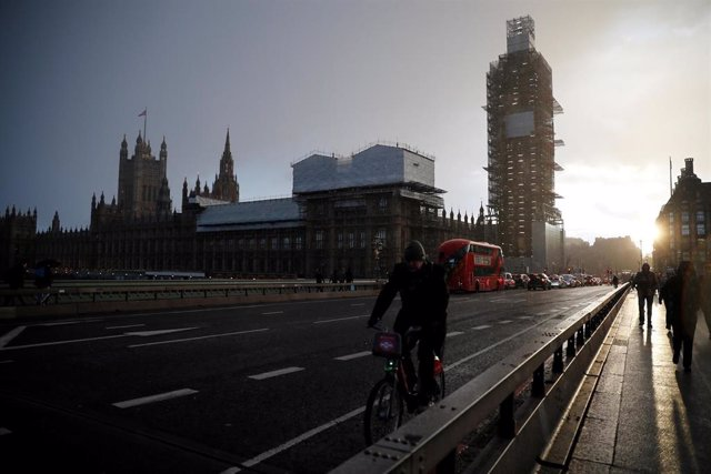 Imagen de archivo del puente de Westminster en Londres.