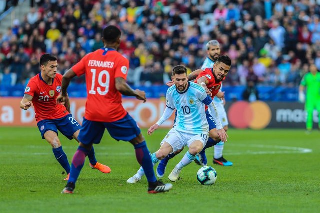 06 July 2019, Brazil, Sao Paulo: Argentina's Lionel Messi and Chile's Leandro Paredes battle for the ball during the Copa America third-place soccer match between Argentina and Chile at the Arena Corinthians. Photo: Geraldo Bubniak/ZUMA Wire/dpa
