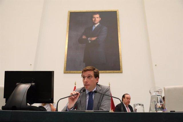 El alcalde de Madrid, José Luis Martínez Almeida, interviene en el Pleno municipal celebrado en el Palacio de Cibeles.