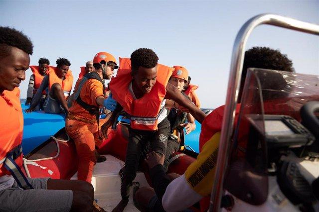 Migrantes rescatados por el barco humanitario 'Alan Kurdi' en el Mediterráneo