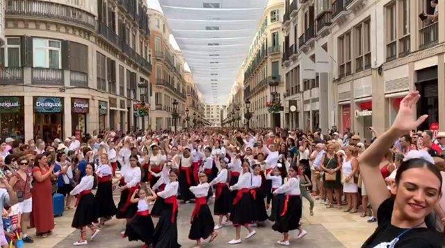 Más de 4.700 personas bailan malagueñas en la calle Larios de Málaga capital en una actividad del Seminario Internacional del Flamenco