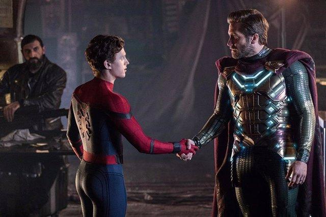 Imagen de Peter Parker (Tom Holland) y Mysterio (Jake Gyllenhaal) en Spider-Man: Lejos de casa