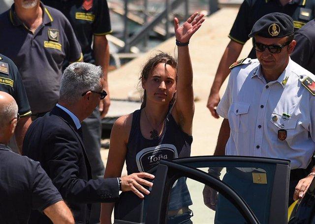 La capitana del 'Sea Watch 3', la alemana Carola Rackete, siendo trasladada a dependencias judiciales para prestar declaración