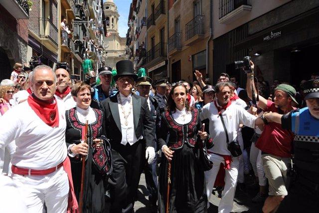 Enrique Maya y concejales de Navarra Suma son increpados durante la procesión de San Fermín a su paso por la calle Curia