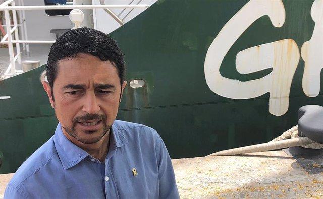 Damià Calvet, conseller de Territori de la Generalitat, visita el vaixell 'Rainbow Warrior' de Greenpeace