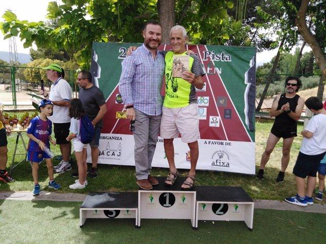 Más de un centenar de personas participan en el maratón solidario en pista 'Ciudad de Jaén'
