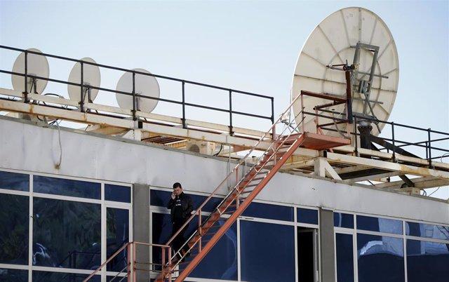 Un trabajador en la azotea del canal de televisión georgiano Rustavi 2 TV en Tiflis.