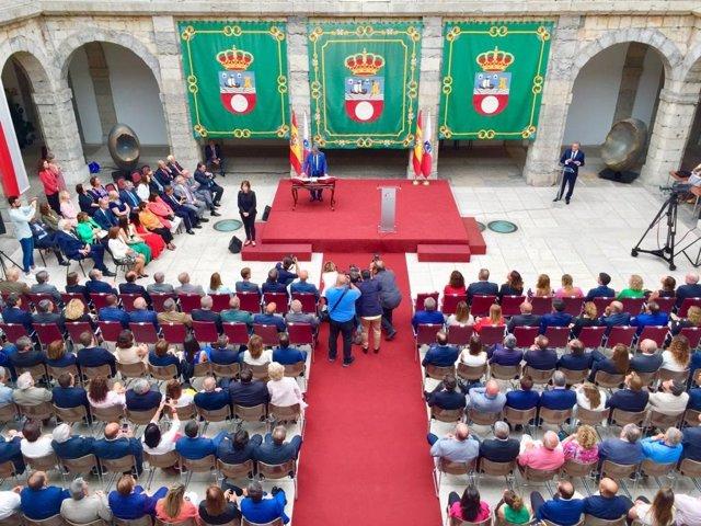 Miguel Ángel Revilla jura el cargo de presidente de Cantabria y toma posesión por cuarta vez en su historia