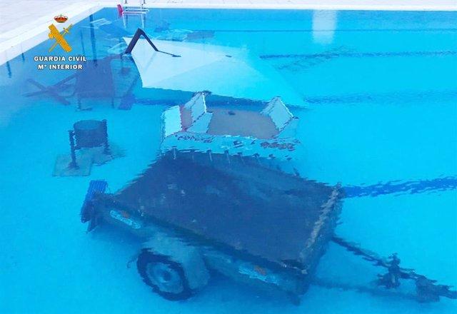 Efectos lanzados al interior del vaso de la piscina de Los Corrales de Buelna