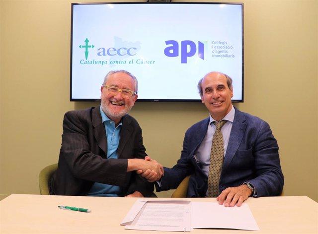 Gerard Duelo, president de l'AIC i del COAPI de Barcelona (esquerra), i Dr. Laureano Molins, president de la Seu Provincial de Barcelona de l'AECC (dreta).