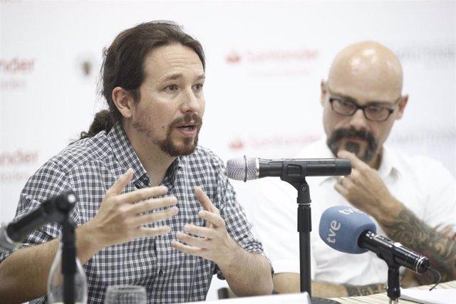 (I-D) El secretario general de Podemos, Pablo Iglesias, y el diputado de Ahora Podemos por Alicante, Txema Guijarro, durante la inauguración del curso 'Bases para un nuevo republicanismo'.