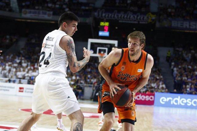 Deck (Real Madrid) y Doornekamp (Valencia Basket)
