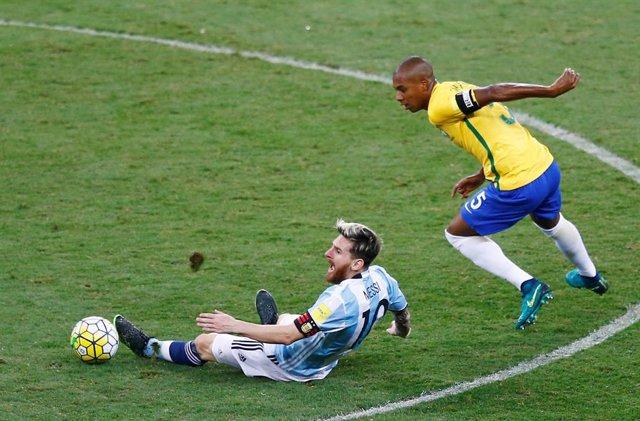 Leo Messi y Fernandinho en el Brasil-Argentina