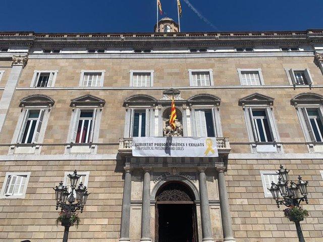 La Generalitat torna a penjar la pancarta amb el llaç groc